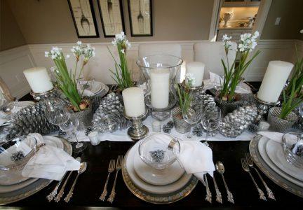 Réglage de la table du Nouvel An en blanc