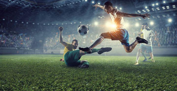 Joueurs de foot sur le terrain