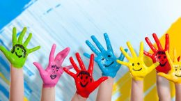 mains d'enfants peintes à la main