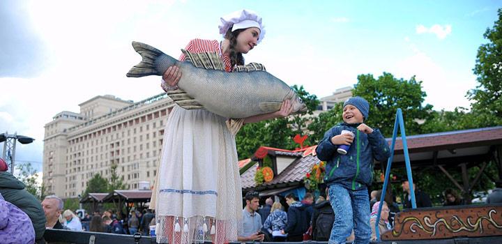 fille avec poisson et garçon